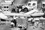 В американском штате Флорида обрушился строящийся пешеходный мост над автомагистралью недалеко от кампуса Международного университета. Погибли не менее шести человек. Обломками придавило восемь машин (фото: Joe Skipper/Reuters)