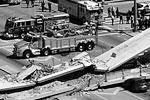 Ситуация у места обрушения строящегося пешеходного моста у Международного университета Флориды (фото: Pedro Portal/ZUMA/ТАСС)