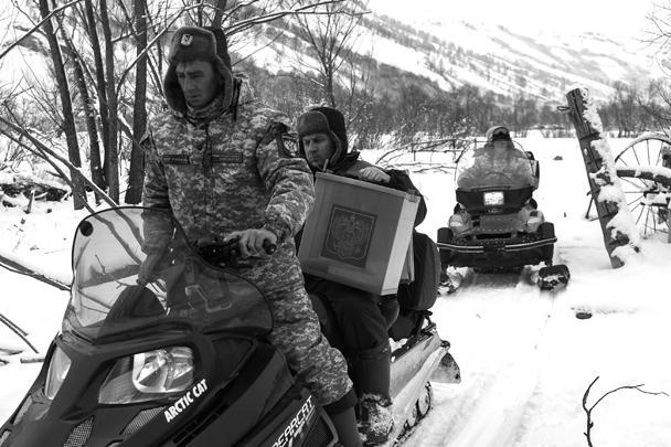 В Сибири членам избирательных комиссий приходилось работать в экстремальных условиях. Для организации досрочного голосования членам избиркома пришлось добираться на снегоходах в поселок Тигирек Алтайского края