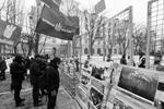 Украинские власти и правые радикалы сделали все возможное, чтобы не допустить голосования на Украине, перекрыв подходы к российской дипмиссии в Киеве (фото: Андрей Резчиков)