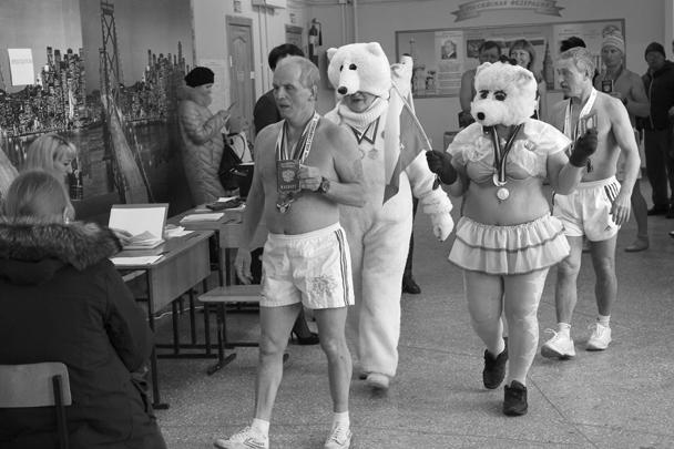 В Барнауле, несмотря на мороз, члены клуба любителей зимнего плавания «Полярный медведь» пришли на участок в парадной форме