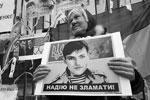 СБУ взяла под стражу депутата Надежду Савченко. А ведь не далее как два года назад вся Украина и ее сторонники на Западе выходили на митинги с плакатами «Свободу Наде!». Но тогда Савченко сидела еще в российской тюрьме. Интересно, появятся ли эти плакаты на улицах Киева снова? (фото: Nazar Furyk/Zuma/Global Look Press)
