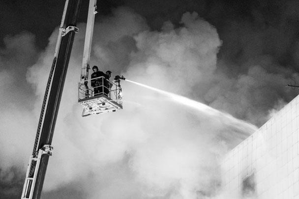 Одной из возможных причин пожара могла стать детская шалость с огнем, сообщили в экстренных службах
