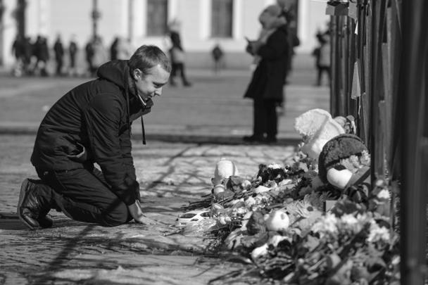 В Санкт-Петербурге акции памяти прошли одновременно на Дворцовой площади (эту встречу организовали городские власти) и на Марсовом поле. После минуты молчания присутствующие на Дворцовой площади зажгли свечи, священники отслужили траурный молебен, сообщают петербургские СМИ.  «Это не политическая акция – давайте встретимся без флагов и плакатов. Просто напомним сами себе, что мы – одна страна. И в радости, и в таком страшном горе», – призвали организаторы гражданской акции на Марсовом поле
