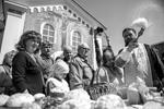 Верующие освящают пасхальные куличи и яйца в Великую субботу в Свято-Троицком соборе в Симферополе (фото: Алексей Мальгавко/РИА «Новости»)