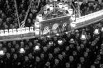 Прихожане во время пасхальной службы в Никольском ставропигиальном морском соборе в Кронштадте (фото: Александр Гальперин/РИА «Новости»)