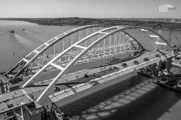 Строители отмечают, что площадь асфальтирования на арке относительно небольшая – около 4,5 тыс. кв. м