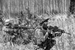 Итальянские солдаты в составе боевой группы НАТО отрабатывают в Латвии военные задачи в условиях пересеченной местности (фото: Ints Kalnins/Reuters)