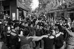 После известия об уходе активисты, заполонившие центр Еревана, начали бить в барабаны и обниматься. У Дома правительства звучала национальная музыка  (фото: Артем Геодакян/ТАСС )
