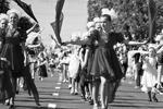 В первомайском шествии в Симферополе поучаствовали около 27 тыс. человек. По центральному проспекту Симферополя прошли трудовые, творческие, педагогические коллективы, спортсмены, школьники и студенты. Многие несли флаги России и Крыма, разноцветные воздушные шарики и цветы. К демонстрантам присоединились байкеры. Шествие длилось более двух часов (фото: Сергей Мальгавко/ТАСС)