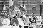 Бойцы в арктическом зенитном ракетном комплексе «Тор-М2ДТ» на базе вездехода ДТ-30 на Красной площади во время парада, посвященного 73-й годовщине Победы в Великой Отечественной войне (фото: Сергей Бобылев/ТАСС)