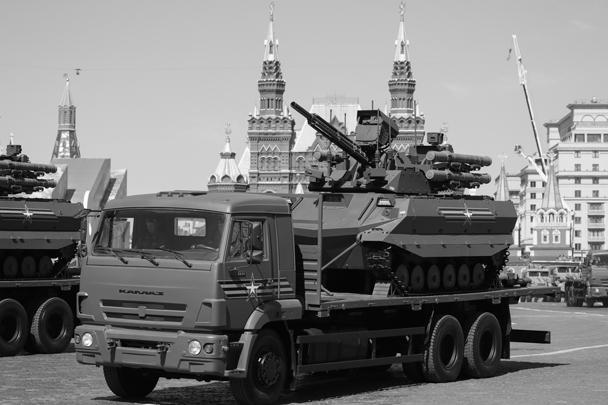 Многофункциональный беспилотный боевой модуль разведки и огневой поддержки «Уран-9», закрепленный на платформе грузового автомобиля КамАЗ-65117, на Красной площади во время военного парада, посвященного 73-й годовщине Победы в Великой Отечественной войне