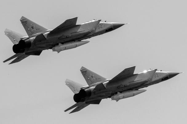 Многоцелевые истребители МиГ-31К с гиперзвуковыми ракетами «Кинжал» во время репетиции воздушной части парада. МиГ-31К, оснащенные гиперзвуковыми ракетами «Кинжал» для преодоления противоракетной обороны, впервые принимают участие в параде