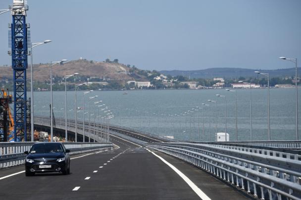 Крымский мост получил свое название в декабре 2017 года по итогам народного голосования. Ранее будущий мост в обиходной речи чаще называли Керченским