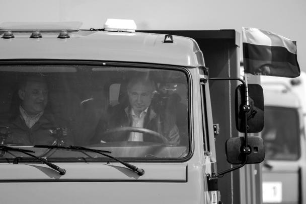 Впервые стало известно о том, что у Владимира Путина есть водительские права категории С, необходимые для вождения грузовика. Он получил их около 20 лет назад