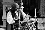 В свадебной церемонии принимали участие несколько священников. Епископ епископальной церкви из Чикаго Майкл Карри эмоционально размахивал руками, кричал и вращал глазами и почти в каждом предложении повторял слово «любовь» (фото: Owen Humphreys/Pool/Reuters)