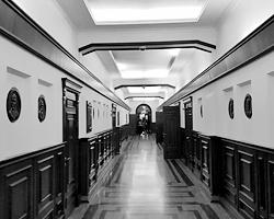 Администрация Екатеринбурга, третий этаж. Изображение Евгения Ройзмана вскоре тоже займет свое место в галерее градоначальников (фото: автора)