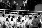 В Тяньцзине, куда они прибыли вместе на поезде, Владимир Путин и Си Цзиньпин посетили товарищеский хоккейный матч юношеских команд двух стран (фото: Ng Han Guan/Reuters)