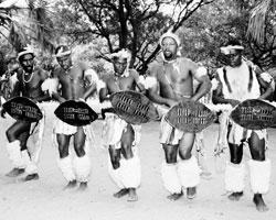 Зулу исполняют традиционный танец (фото: F. Scholz/Arco Images/Global Look Press)