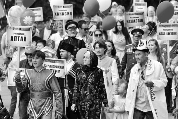 Абакан. Участники шествия «Парад дружбы народов России» в честь празднования Дня России