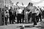 Глава ФИФА Джанни Инфантино играет в футбол на Красной площади (фото: Алексей Никольский/РИА Новости)