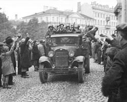 Население приветствует вступление в город Вильно частей Советской Армии.