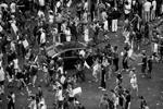 В ходе беспорядков, в которые превратилось празднование победы Франции на мундиале, атакам фанатов подвергались и автомобили. Их раскачивали и даже переворачивали (фото: Panoramic/ZUMA/ТАСС)