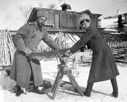 Николай II с Цесарвичем Алексеем в ссылке в Тобольске, зима 1917-1918 гг. (фото: Public domain)