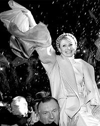 Спустя год после «оранжевой революции» доверие к Ющенко уменьшилось. Но Тимошенко все еще носили на руках (фото: tymoshenko.com.ua)