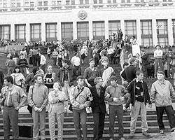 Советское общество конца 1980-х, защищавшее Белый Дом в августе 1991-го, было куда более гражданским, чем нынешнее (фото: ИТАР-ТАСС)