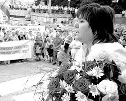 Витренко известна на Украине не только скандалами и имиджем ярой оппозиционерки, но и как участница местного аналога музыкального проекта «Две звезды» (фото: vitrenko.org)