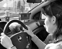 Страх и неуверенность – главная проблема водителей-женщин (фото: ИТАР-ТАСС)