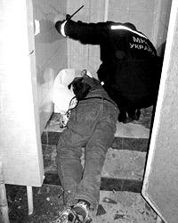 Проведение спасательных работ усложнило маленькое пространство в кабинке санузла (фото: ГУ МЧС в Черниговской области)