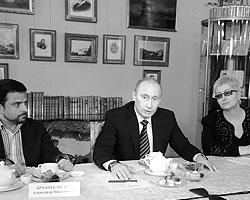 Французские СМИ подписали это фото так: «Путин и приглашенные писатели в Пушкинском музее на праздновании его дня рождения» (фото: ИТАР-ТАСС)