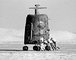 Пепелац - фантастический летательный аппарат, показанный в кинофильме «Кин-дза-дза!». Гравицапа, будучи установленной в двигатель пепелаца, позволяет совершать на нем практически мгновенные межгалактические перемещения. (Фото: wikipedia.org)