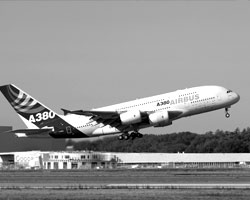 Новый самолет A380 `Superjumbo` - самый большой коммерческий авиалайнер...