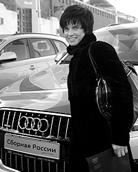 Биатлонистка Светлана Слепцова во время церемонии вручения ключей от автомобилей Audi (фото: ИТАР-ТАСС)