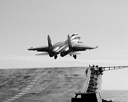 Истребитель Су-33 взлетает с палубы авианосца «Адмирал Кузнецов» (фото: ИТАР-ТАСС)
