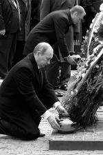 К венкам премьер-министры поставили голубые вазы со свечами