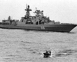К попавшему в плен судну движется военный корабль «Маршал Шапошников» (фото: ИТАР-ТАСС)
