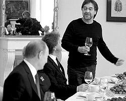 И вот музыкант, зная предмет беседы, решает подразнить Путина (фото: РИА «Новости»)