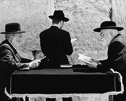 Считать себя избранным народом и одновременно строить демократическое государство - весьма непростая задача, которую пытается решить Израиль (фото: Getty Images/Fotobank.ru)