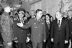 Январь 2008 года. Модельер Валентин Юдашкин (второй справа на втором плане) показывает Владимиру Путину и высокопоставленным военным первый вариант новой формы (фото: ИТАР-ТАСС)