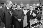 Премьер-министр РФ Владимир Путин и генеральный директор ОАО «Научно-исследовательский институт молекулярной электроники и завод «Микрон» Геннадий Красников (фото: ИТАР-ТАСС)