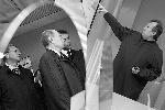 Премьер-министр РФ Владимир Путин во время посещения предприятия ОАО «НИИМЭ и завод «Микрон», входящего в концерн «Ситроникс» (фото: ИТАР-ТАСС)