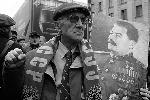 Кому-то из митингующих не хотелось болеть за Россию в одиночку, и они искали поддержку из прошлого (фото: Артем Коротаев/ВЗГЛЯД)