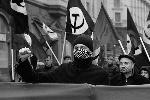 Активисты «Левого фронта» подкрепляли протестные эмоции жестами (фото: Артем Коротаев/ВЗГЛЯД)