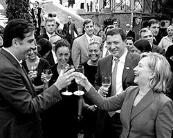 По итогам визита Хиллари Клинтон в Тбилиси США также призвали  Саакашвили к прямому диалогу с Абхазией и Южной Осетией.(фото:  Reuters)