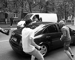 Нападение несогласных на автомобиль жителя Химок (фото: gazeta.ru)
