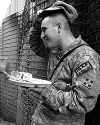 В американской армии солдаты уже давно едят с подносов (фото: Reuters)